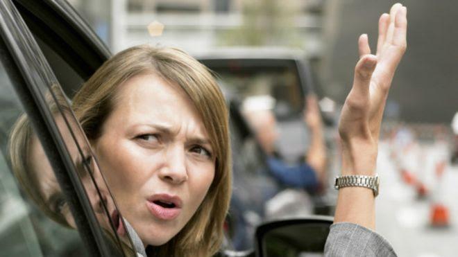Mujer mostrando signos de impaciencia