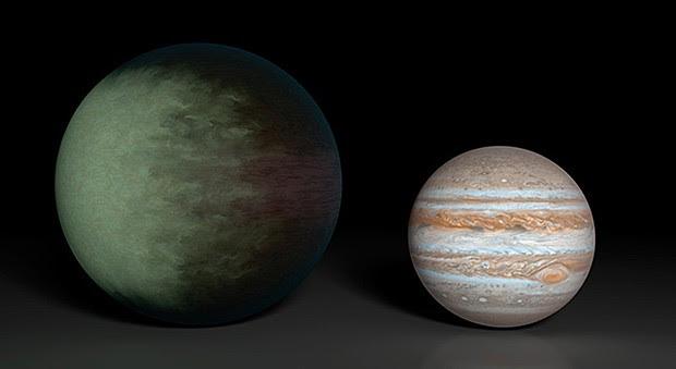 Exoplaneta Kepler-7b (à esq.), que tem 3 vezes o diâmetro de Júpiter (dir.), é o primeiro planeta fora do Sistema Solar a ter suas nuvens mapeadas (Foto: Nasa/JPL-Caltech/MIT)