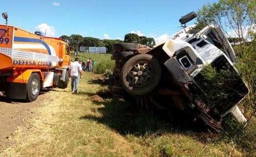 Pinhão - Caminhão tomba após tentar desviar de motociclista