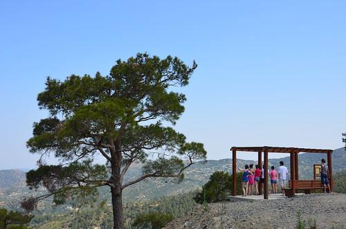 An einem Aussichtspunkt steht eine Gruppe und schaut