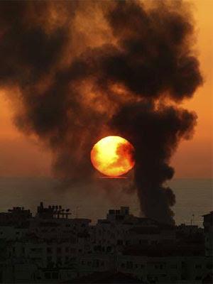 Imagen de el humo que sale de los edificios de la ciudad de Gaza tras un bombardeo.