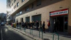 Cola del paro en una oficia del Servicio de Empleo de la Comunidad de Madrid. REUTERS