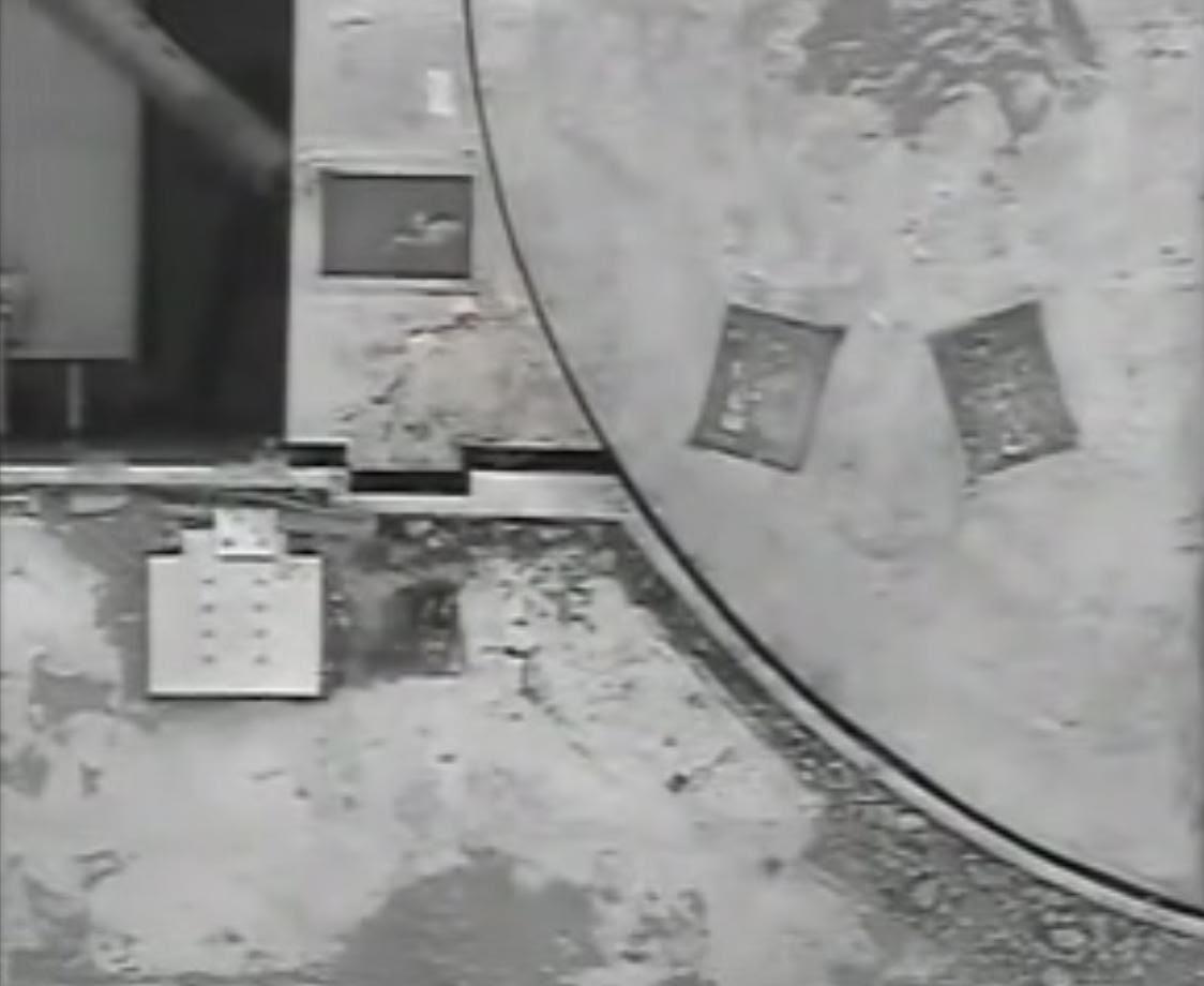 Fig. 72 : L'élément supérieur de la paroi, séparant la piscine d'équipement et le puits de cuve, est sorti de sa cavité.