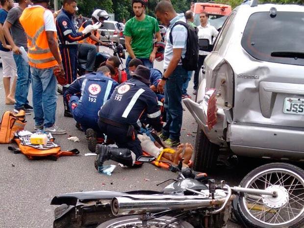 Acidente deixou ferido na Avenida Luís Eduardo Magalhães, em Salvador (Foto: Ubiratan Passos/TV Bahia)