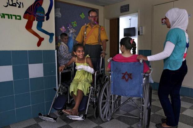 Através da fronteira proibida, médicos de Israel tendem a ajudar feridos da Síria Rina Castelnuovo/NYTNS