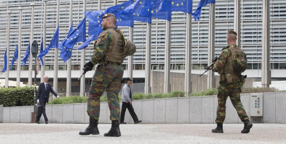 Soldados belgas patrullan junto a las banderas de la Unión Europea, la semana pasada en Bruselas.