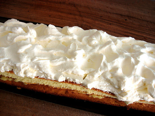 Marzipan-Bisquit mit Lemon Curd Füllung und Zabaione-Crème