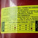 Extintor de incêndio com data de validade vencida