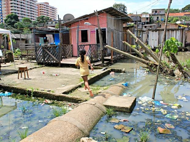 Crianças brincam em meio a 'marombas' e lixo da cheia (Foto: Camila Henriques/G1 AM)