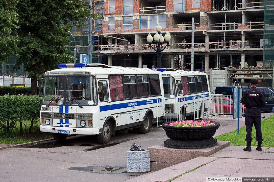Полицейские автозаки на Пушкинской площади