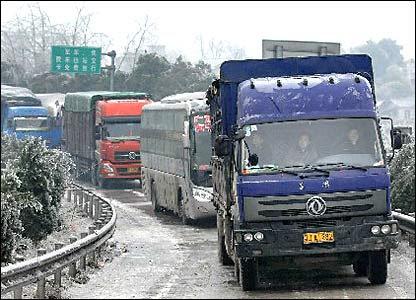 京珠高速公路湖南湘潭段的滞留车辆(新华社图片27/1/2008)