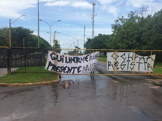 Estudantes estendem faixas com homenagem a Guilherme Neto, morto pelo pai, em Goiânia, Goiás (Foto: Vitor Santana/G1)