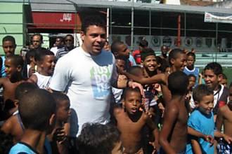 Ex-jogador Ronaldo é atração das crianças durante torneio de futebol nos nos morros da Mineira e São Carlos, no Rio