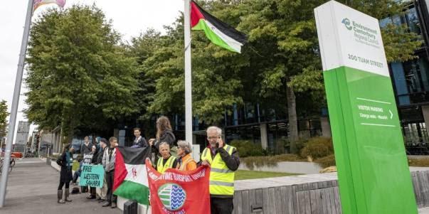 Alzan la bandera saharaui en lugar de la de Nueva Zelanda en protesta por la visita de una delegación marroquí que promueve el saqueo de los recuroso naturales saharauis