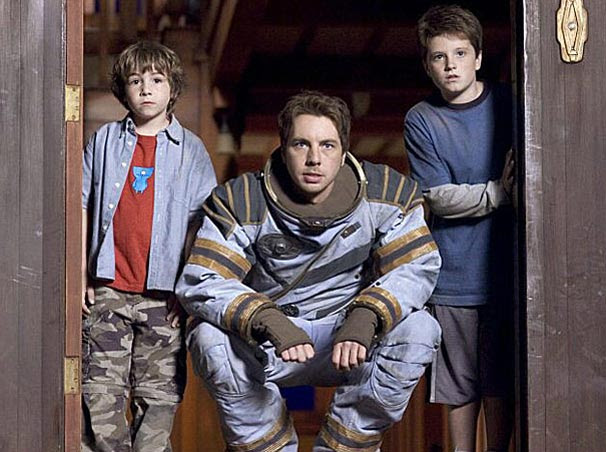 Para enfrentar os perigos do espaço, os irmãos contam com a ajuda de um astronauta
