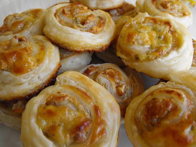 Folhados de queijo, mel e nozes