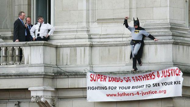 Un miembro de Fathers 4 Justice disfrazado de Batman en Londres.