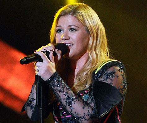 Kelly Clarkson Shows Off Her HUGE Engagement Ring   Look