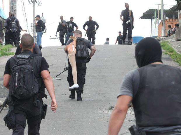 Agentes da Polícia Civil encontram perna mecânica que pertenceria a traficante