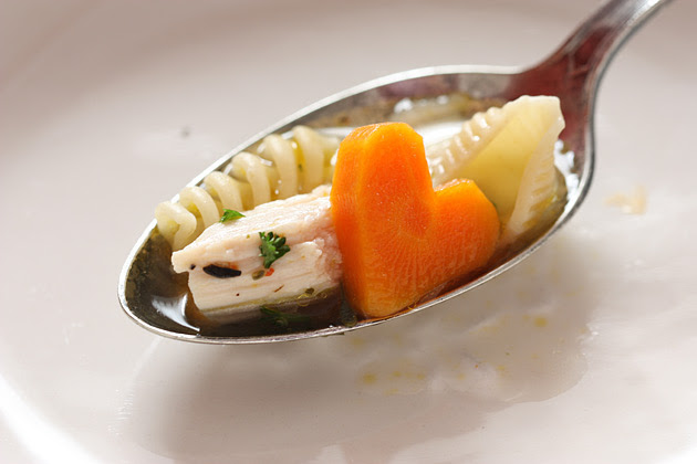 Sopa de pollo con trocitos de zanahoria en forma de corazón