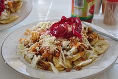 Trujillo, la poutine du honduras: banane frites, chou, sauce et fromage