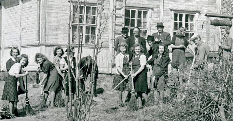 Alatornion kunnan hallitus ja työntekijät siivoustalkoissa