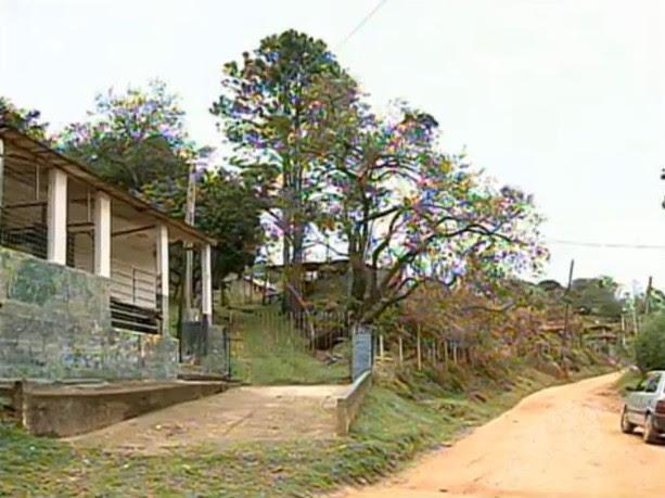 As crianças e o casal foram encontrados em pontos diferentes da estrada para o bairro dos Moreiras (Foto: Reprodução/TV Tem)