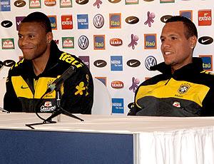 Luis Fabiano e Julio Baptista durante a entrevista coletiva  do BRasil