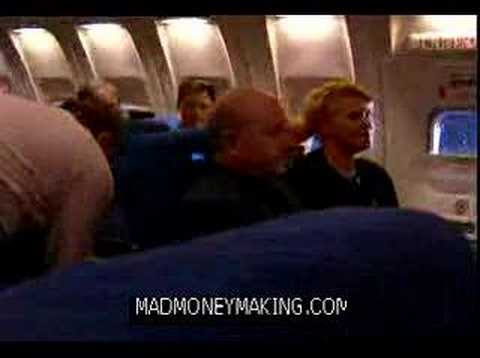 video que muestra como un hombre se deshace de un niño molesto en un avión