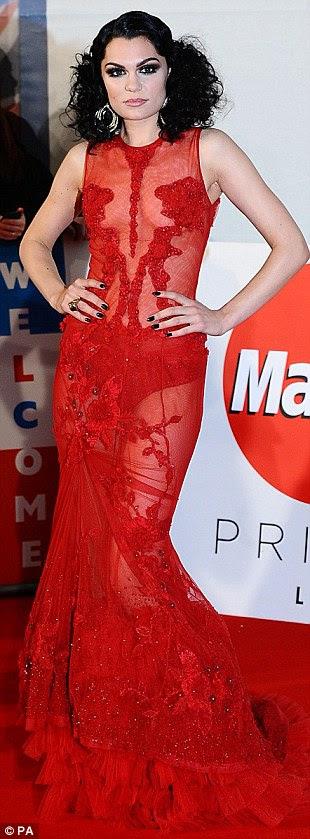 Mostrando um pouco de pele: Jessie J optou por um grande número vermelho, mostrando sua calcinha por baixo