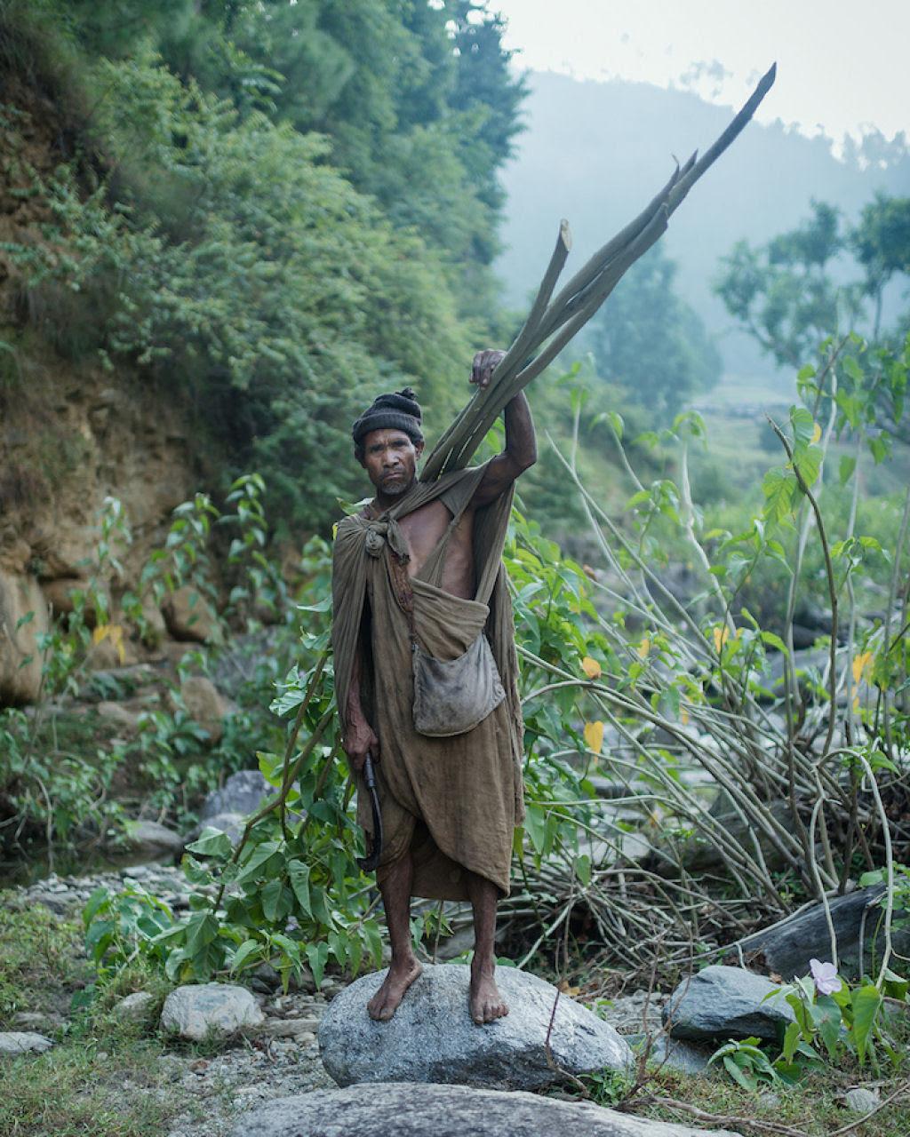 Fotógrafo documenta os últimos caçadores-coletores de tribo do Himalaia 17