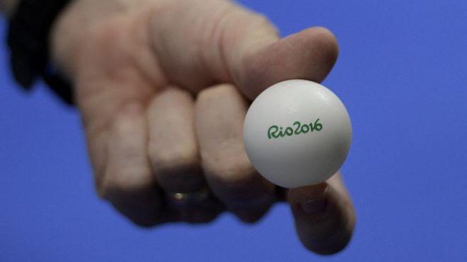 Un jugador sostiene una pelota de ping pong en una competición de Río 2016.