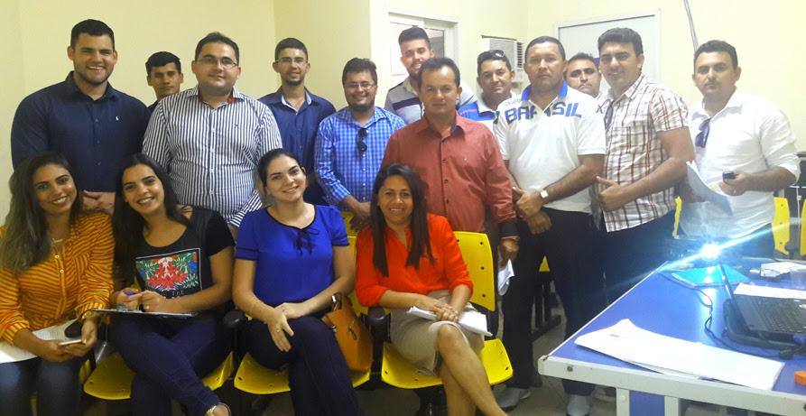 Advogado Aldo Araújo (camisa branca com detalhes verdes) ladeado por vereadores e servidores (Foto: Divulgação)