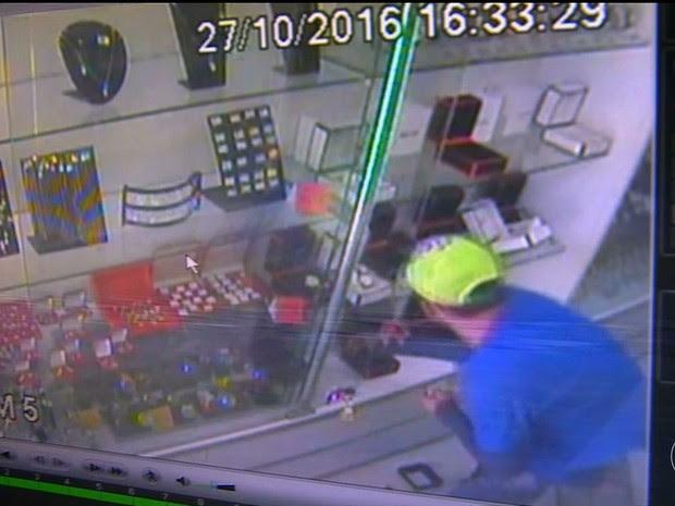 Joalheria é assaltada em Salgueiro, PE (Foto: Reprodução/ TV Grande Rio)