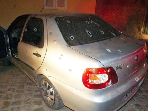 Carro onde estavam as vítimas ficou perfurado com os tiros (Foto: Marcelino Neto/G1)