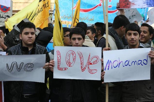 Dezenas de estudantes iranianos demonstrar em frente à embaixada francesa em Teerã em 20 de janeiro de 2015, em protesto contra uma charge do profeta Maomé que wa ...