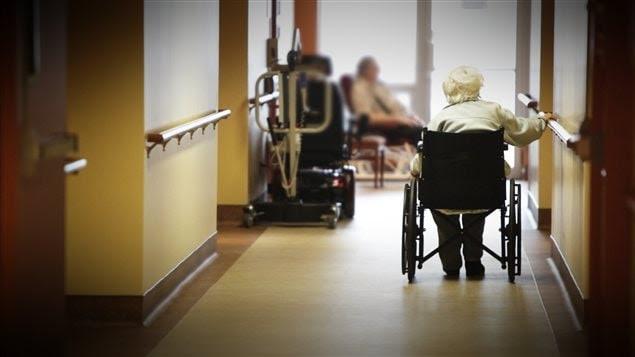 Une personne âgée dans un centre de jour
