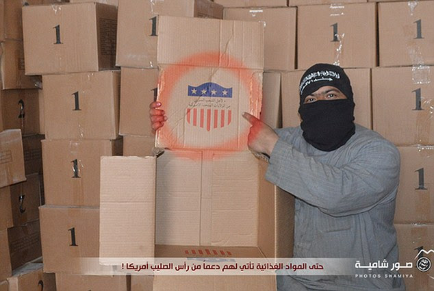 Provocar: a comida e suprimentos de armas americanas estão agora nas mãos de terroristas da Al Qaeda apoiados, que usaram as mídias sociais para incitar os militares dos EUA