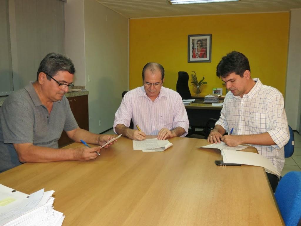 Momento da festa da assinatura do convênio, em 2013. Filuca Mendes, Hildo Rocha e Victor Mendes