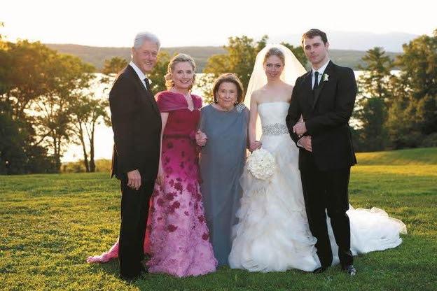 2010년 1월31일 뉴욕 라인벡, 딸 첼시와 사위 마크의 결혼식. 사진 왼쪽부터 빌 클린턴과 힐러리 클린턴, 어머니 도로시, 첼시, 마크 /김영사 제공, ⓒ Genevieve de Manio