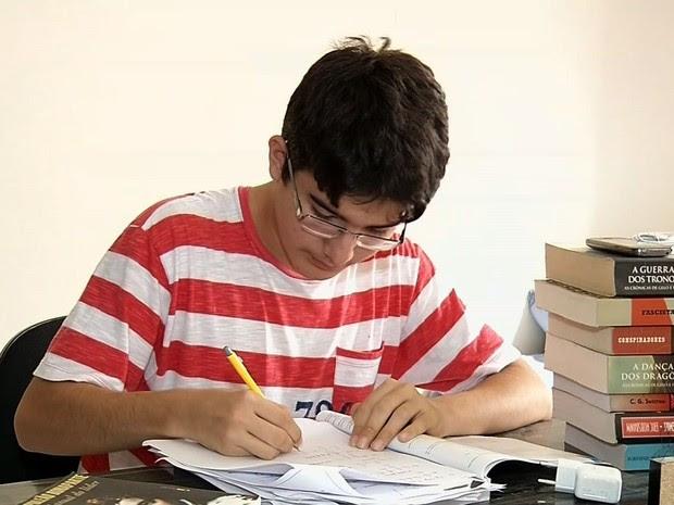 Tiago fez Enem em 2012, aos 14 anos, e passou para medicina (Foto: TV Verdes Mares/Reprodução)