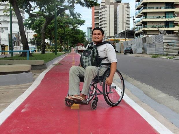Usuário de cadeira de rodas diz que precisa descer de costas devido à altura da rampa de acesso  (Foto: Suelen Gonçalves/G1 AM)