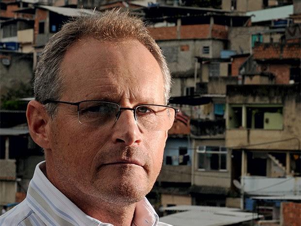 """O XERIFE José Mariano Beltrame, em 2011, em frente à favela do Borel, no começo das UPPs. """"No Rio, há a tolerância da sociedade e a leniência do Estado"""" (Foto: Andre Valentim/ÉPOCA)"""