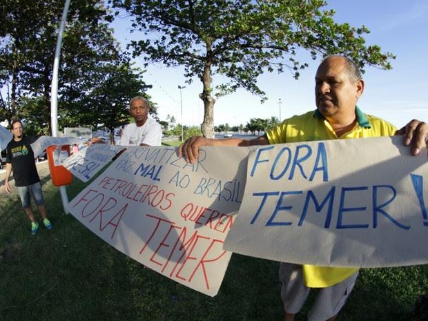 Manifestantes mostram cartazes contra o governo do presidente Temer (Foto: Jonathan Lins/G1)