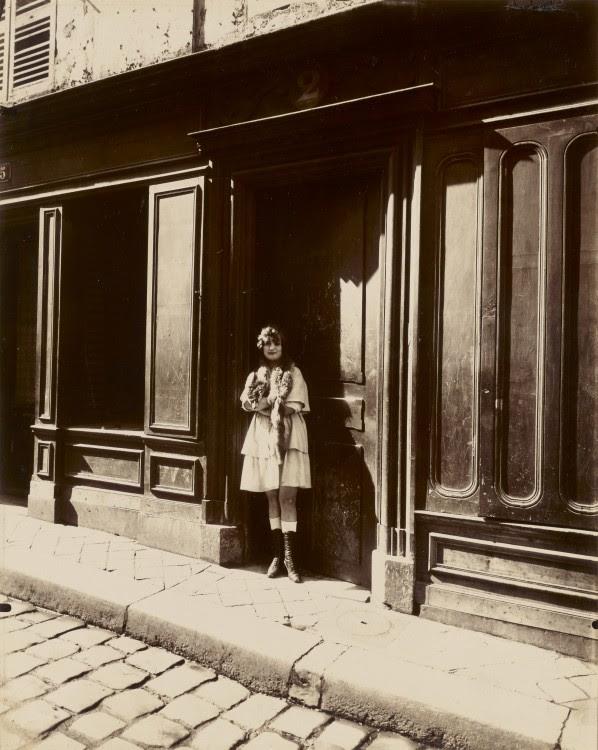 Atget Paris Versailles Maison Close Petit Place Mars 1921 598x750 Le Paris de 1900 par Atget  photographie histoire art