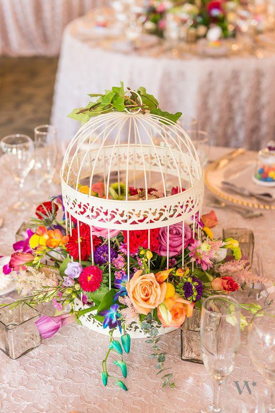 eine Dekorative weiße Käfig, gefüllt mit üppigen und Fett florals für einen Sommergarten Hochzeit