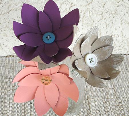 Flores coloridas feitas com rolo de papel higiênico