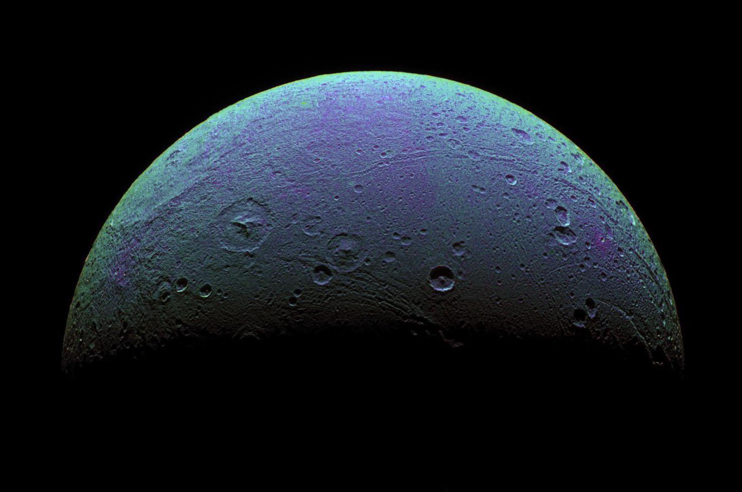 Dione y su actividad geológica