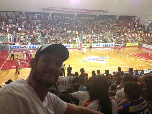 Alison jogo Basquete Flamengo (Foto: Reprodução / Twitter)