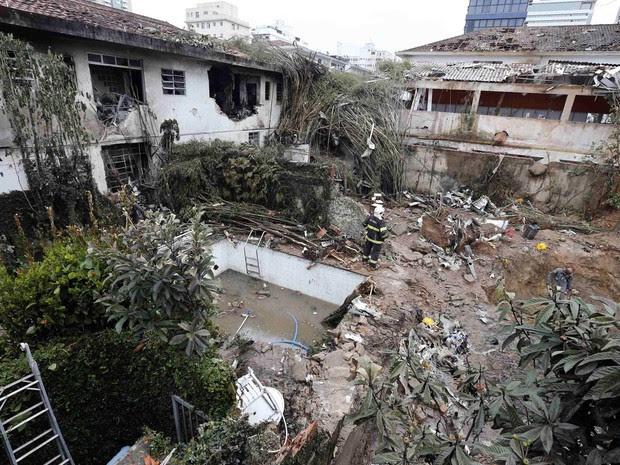 Trabalhos de buscas e investigação seguem no local do acidente com o avião de Eduardo Campos, um dia após a tragédia em Santos (Foto: Paulo Whitaker/Reuters)